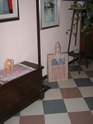 """ambientazione con scultura in marmo rosso di verona """"monolito"""""""