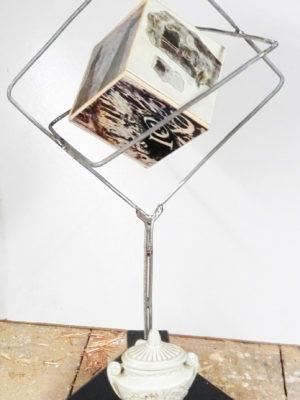 L'urna, ferro, legno e porcellana H 45 cm